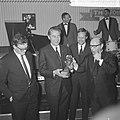 Prix de Joke 1964 voor Bert Haanstra, Simon van Collem reikt hem het beeldje uit, Bestanddeelnr 916-2519.jpg