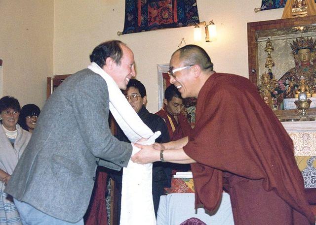 Адам Энгл получает церемониальный шарф от Далай-ламы XIV, Дхарамсала, Индия, 1987г.