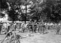 Radfahrer bei Retablierungsarbeiten an ihren Fahrrädern - CH-BAR - 3240485.tif