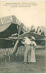"""Rennes-Aviation 1910 - L'aviateur GARROS travaillant à la mise au point de son aéroplane """"Demoiselle"""".jpg"""