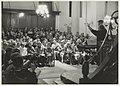 Repetitie in de Nieuwe Kerk voor het BBC-programma Songs of Praise, o.l.v. Leny van Schaik. Op 4 en 5 november werden in de Grote Of St. Bavokerk opnames gemaakt van een uniek duizendkoppig , NL-HlmNHA 54032133.JPG