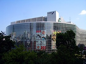 Roppongi Hills headquarters building (June 2007 shooting, the deliciousafrom the left, the poster for the Fountain of Aura)