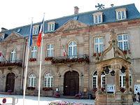 Rosheim, Hôtel de ville et puits.JPG