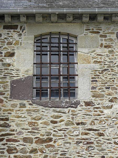 Église Saint-Maugan de Saint-Maugan (35). Fenêtre de la sacristie.