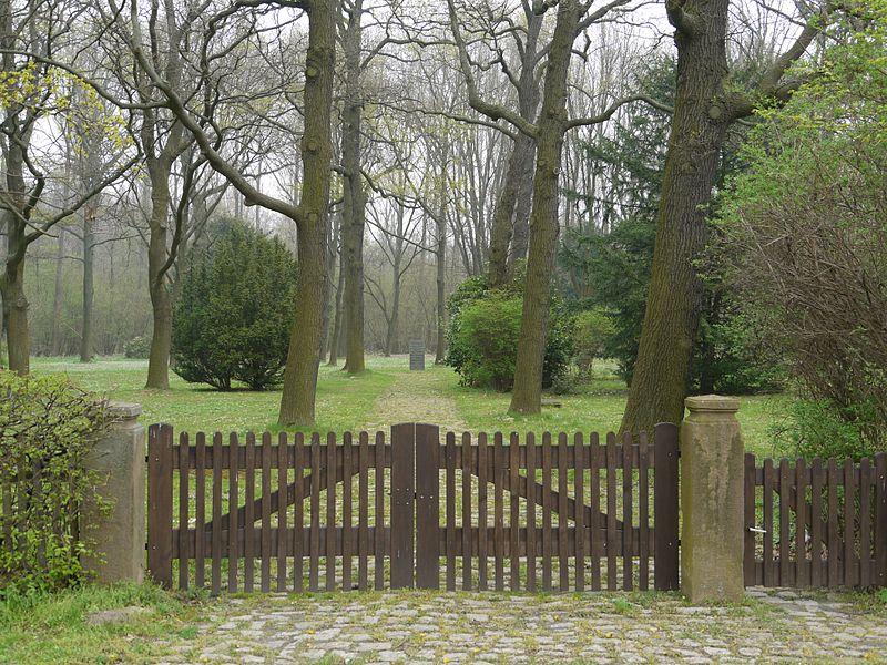 Das Arbeitserziehungslager Hallendorf oder Lager 21 800px-Salzgitter-Hallendorf_-_Ehrenfriedhof_Westerholz-Eingang