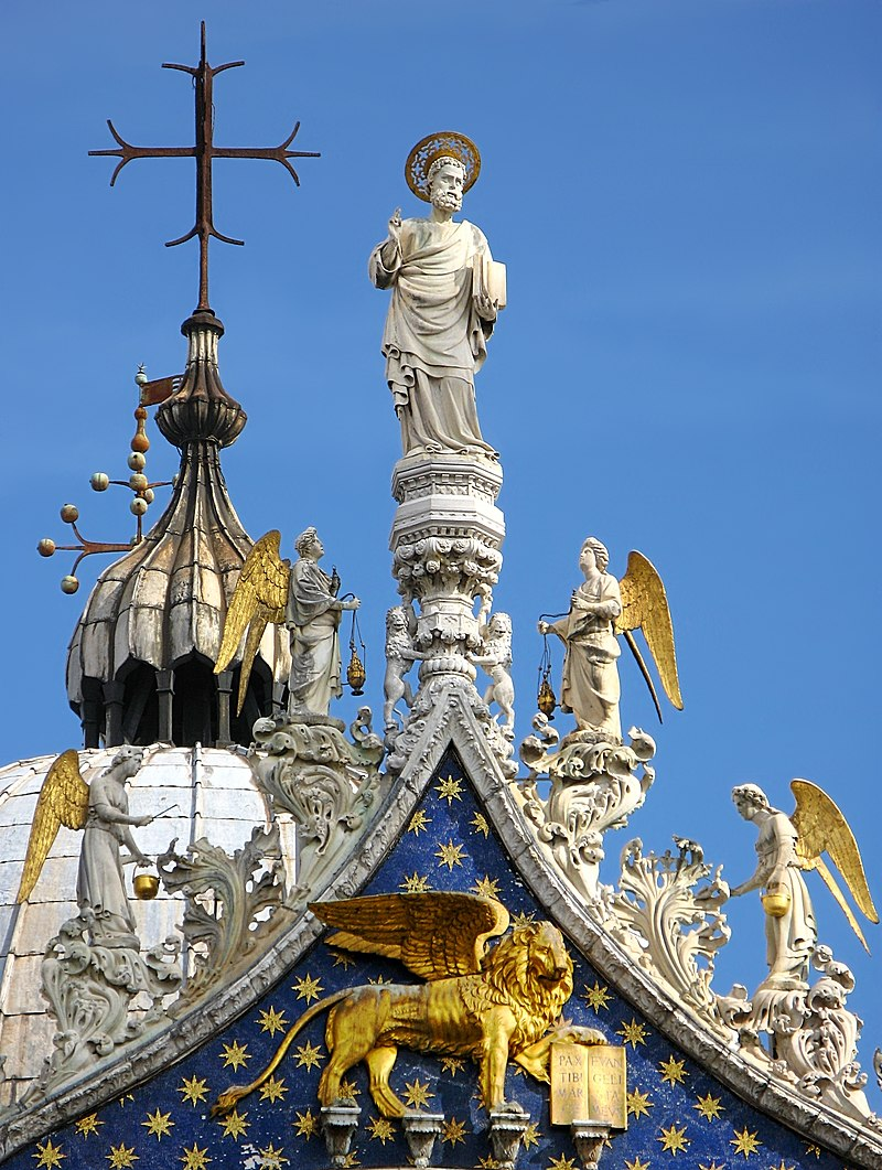 Détail du toit de la basilique Saint-Marc à Venise. Saint Marc, patron de la ville, surplombe un lion ailé, emblème de la ville.  (définition réelle 2361×3132)
