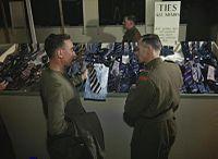 En 1944, dans un centre de démobilisation au Royaume-Uni, un militaire (à gauche), pour choisir une cravate qui puisse s'accorder avec la chemise de sa future tenue civile, est conseillé par un membre des Royal Army Ordnance Corps (en) (à droite).