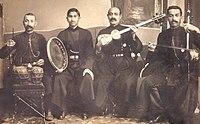 Исполнитель мугамов ханенде Сеид Шушинский (второй слева) со своим ансамблем в 1916 году
