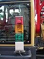 Signalsäule an einer grossen selbstfahrenden Baumaschine (rot gelb grün).jpg