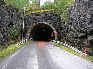 Norwegian County Road 17 - Image: Sjona tunnel B