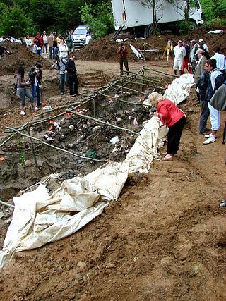 Exumação dos corpos de vítimas do Massacre de Srebrenica.