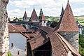 Stadtmauer mit Türmen und Wehrgang in Murten.jpg