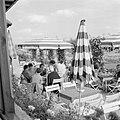 Terras van het café in de rozentuin van kasteel Langenburg, Bestanddeelnr 254-4499.jpg