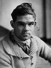 Portrait en noir et blanc d'un jeune homme.