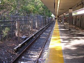 Middle Village–Metropolitan Avenue (BMT Myrtle Avenue Line) - Image: Track 1 Metropolitan Avenue Myrtle Ave line mfs