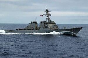 Foto de cor de navio de guerra cinza no mar