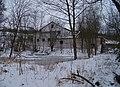 Včelní Hrádek, rybníček a budova.jpg
