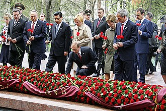 2005 Moscow Victory Day Parade - Officials and dignitaries lay flowers at the tomb of the unknown soldier