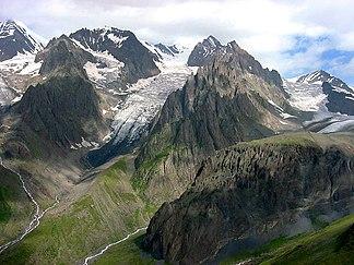 Die Gebirgsketten des Großen Kaukasus. Blick von Süden auf Gipfel und Gletscher