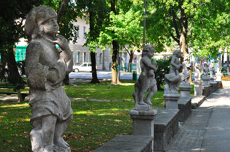 Slika:Vipava statues in front of the Lanthieri castle 26092009 166.jpg