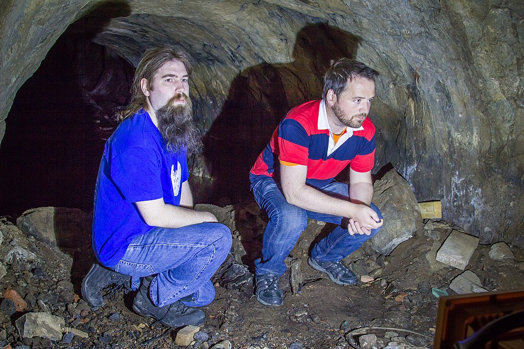 Två personer inne i en gruvgång.