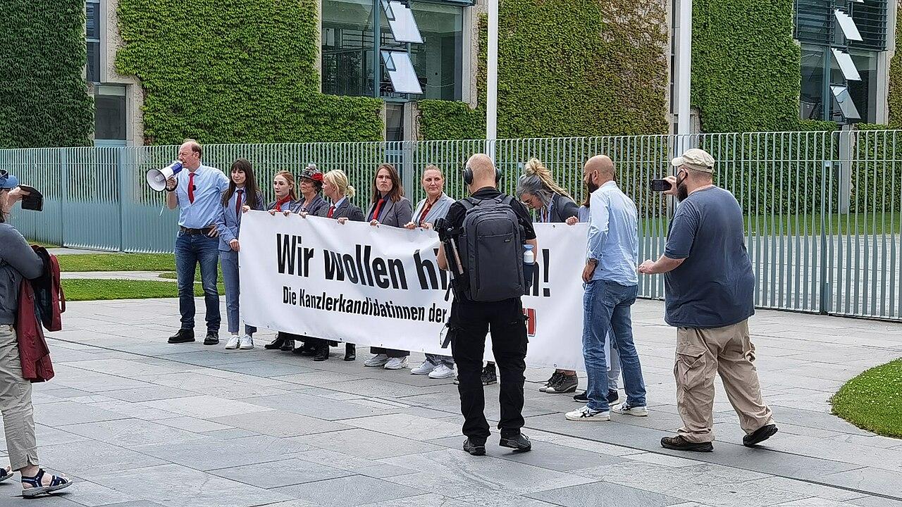 Vorstellung der zehn Kanzlerinkandidatinnen der Partei DiePARTEI vor dem Kanzlerinamt in Berlin mit rütteln am Zaun des Kanzlerinnenamts 04.jpg