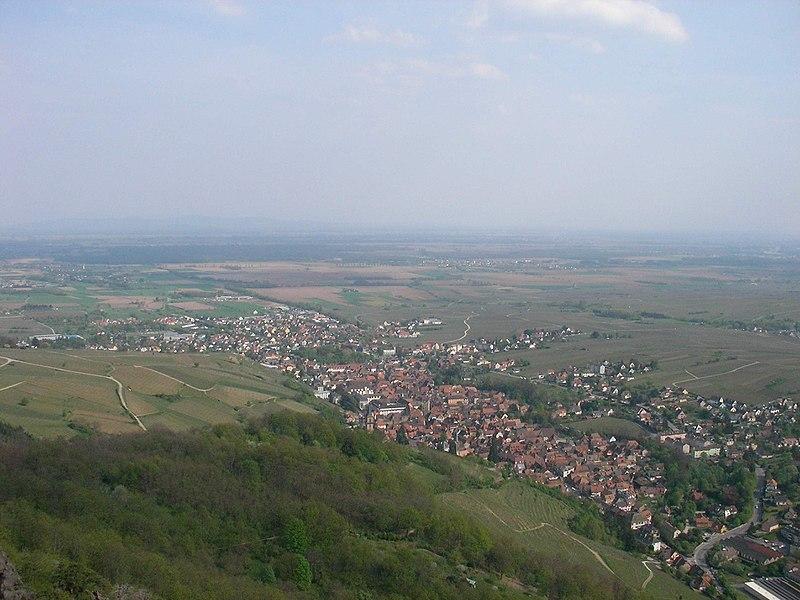 File:Vue depuis le château du Saint-Ulrich (528 m) - Village (Ribeauvillé) (2).jpg
