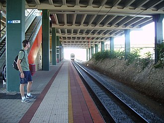 Warwick railway station, Perth - Northbound view from Platform 1 in January 2006