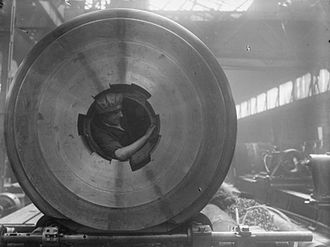 Coventry Ordnance Works - Woman cleaning the rifling of a 15 inch howitzer