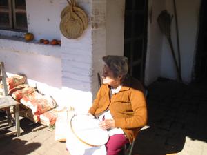 Yataity-bordadora viejecita.png
