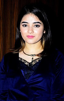 Zaira Wasim snapped on sets of Rajeev Masand's show (04) (cropped).jpg