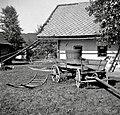"""""""Kounica""""- voz za gnoj; na njem čebri z vodo, spredaj trage, Sela pri Anzeljnu 1949.jpg"""