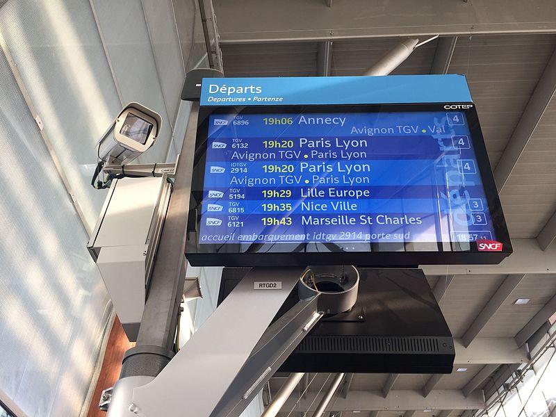écran et caméra à gare TGV d'Aix-en-Provence.