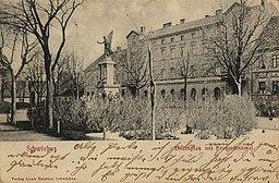 Schwiebus, Lindenplatz mit Kriegerdenkmal / Public domain