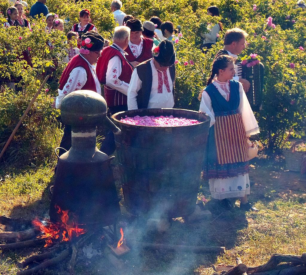 Дестилация на розово масло