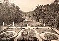 Диканька. Герб роду Кочубеїв на квітнику у дворі палацу..jpg