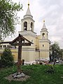 Памятный крест в дворике Храма Святого Владимира в Старых Садех на фоне монастырских башен - panoramio.jpg
