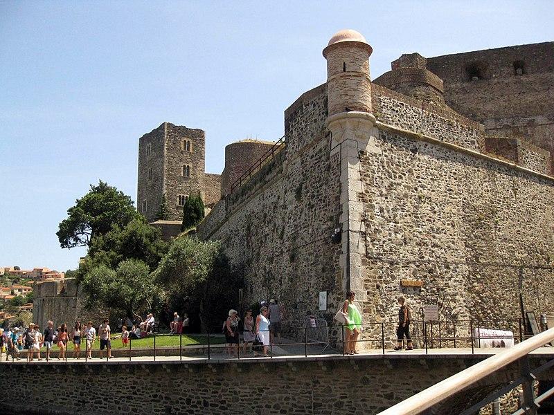 File:003 Castell Reial, bastió nord-est i torre gòtica.jpg