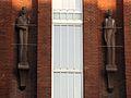 042 Escultures de l'escola Collaso i Gil, c. Sant Pau.jpg