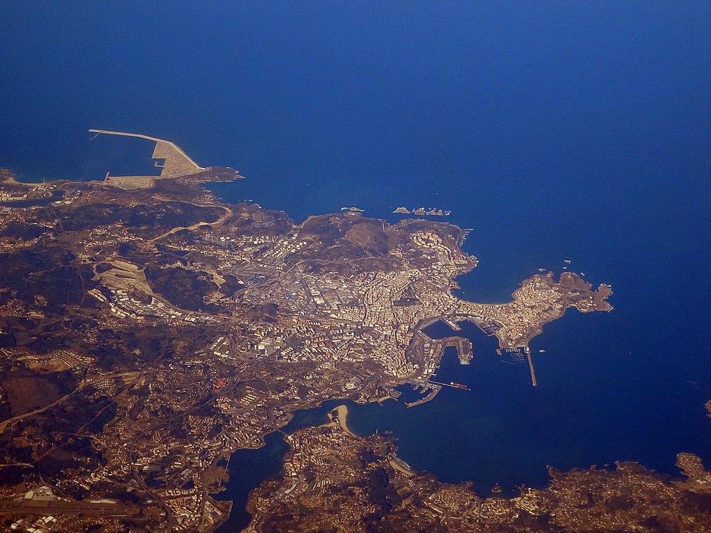 Vista aérea de la ría y ciudad de A Coruña