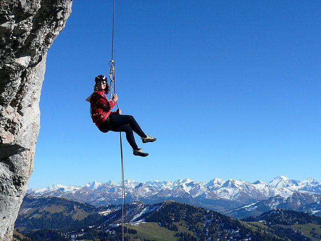 Abseilen beim Klettern image source
