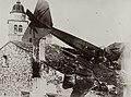 Aereo nemico austriaco abbattuto, Asolo. Sullo sfondo il campanile del duomo di Asolo.jpg