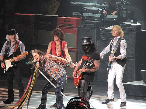 Slash performing with Aerosmith in Mansfield, Massachusetts on July 16, 2014 Aerosmith Slash 2014.jpg
