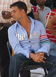 A photograph of Kumar from the set of Heyy Babyy in February 2007