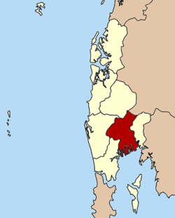 The Ko Nom Sao islets are part of the Mueang Phang Nga district (in red).