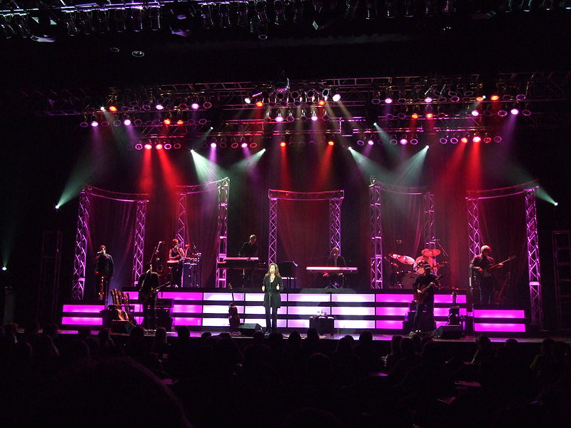 File:Amy Grant on Stage at the Peppermill Concert Hall in West Wendover, Nevada.jpg