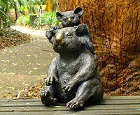 Amy en Oliver de bronzen koala's (van Kunstenaar Glenys Lindsay)