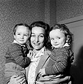 Annemarie Bandmann met links Holger en rechts Thomas op de arm, Bestanddeelnr 254-3352.jpg