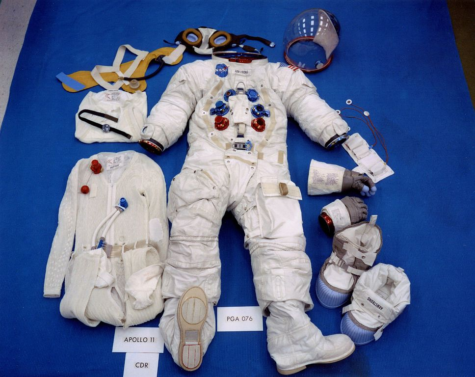 File:Apollo 11 space suit.jpg - Wikimedia Commons