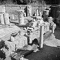 Archeologische vondsten, waaronder beeldhouwwerk en delen van zuilen, opgesteld , Bestanddeelnr 255-1465.jpg